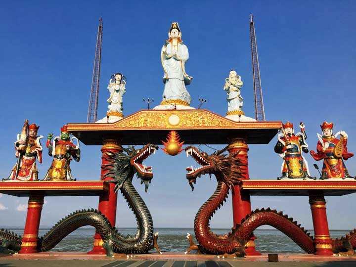 Patung Dewi Kwan Im di Klenteng Sanggar Agung